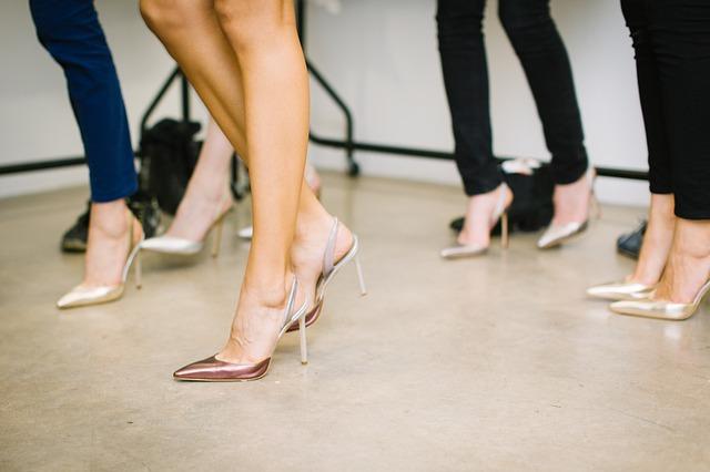 ženské nohy v podpatcích