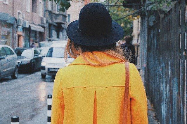 žena v klobouku zezadu
