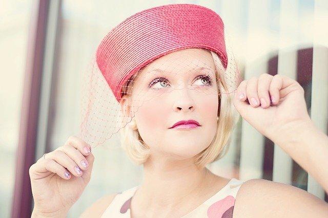 dívka v klobouku se síťkou
