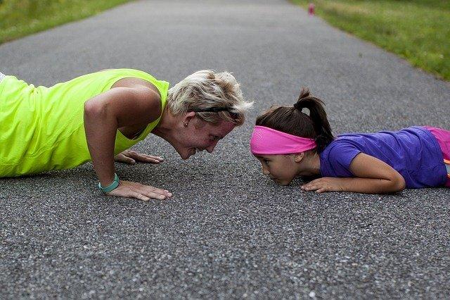 matka s dcerou cvičí