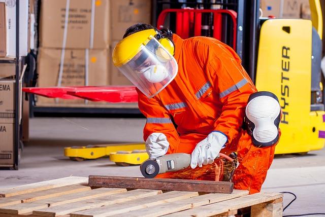 muž řezající kov