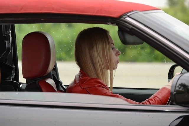 blondýna za volantem