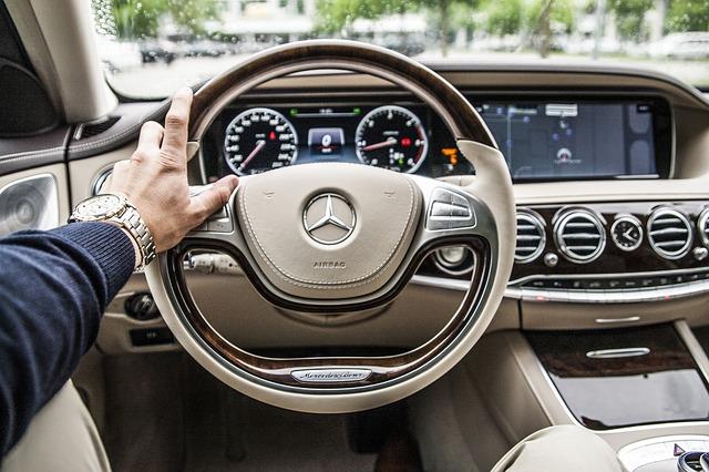 ruka na volantu
