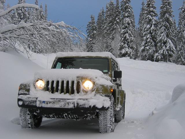 džíp ve sněhu