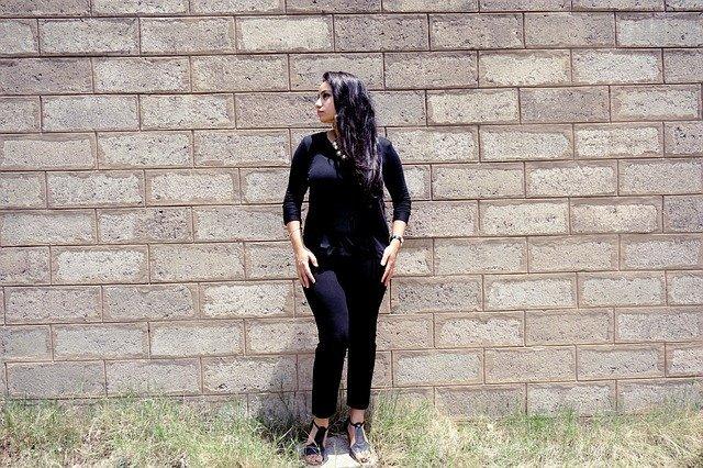 žena v černém u zdi