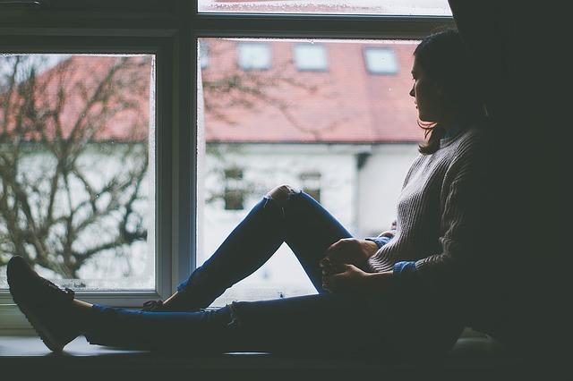 sezení v okně