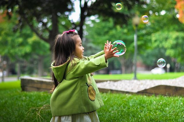 děvčátko a mýdlové bubliny