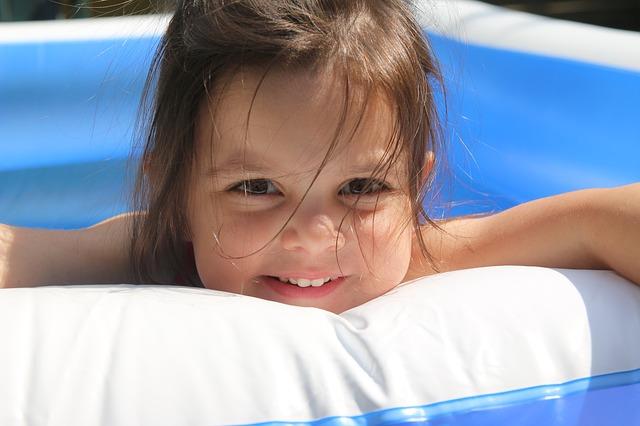dívenka v bazéně