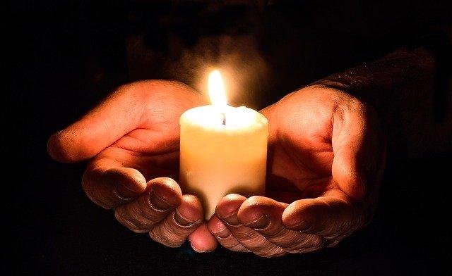 světlo svíčky v dlaních