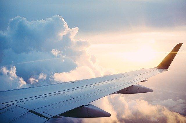 křídlo v oblacích
