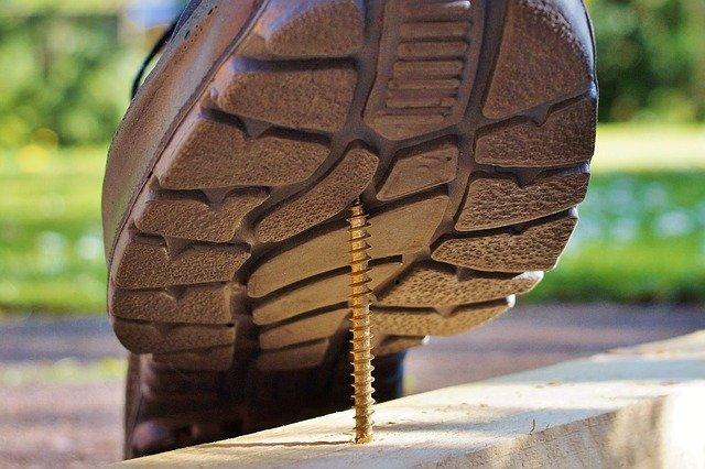 noha, která při dostoupnutí si zarazí do boty