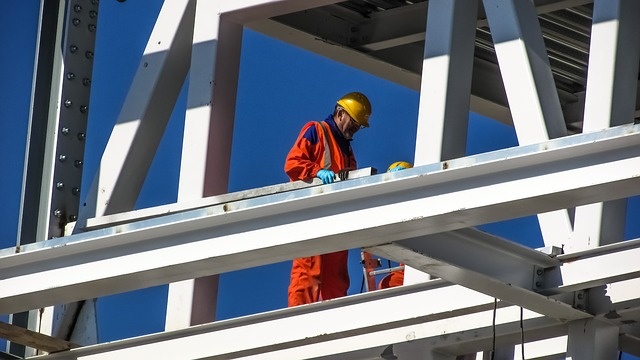 staveniště, pracovníci jsou vybaveni ochrannými prvky