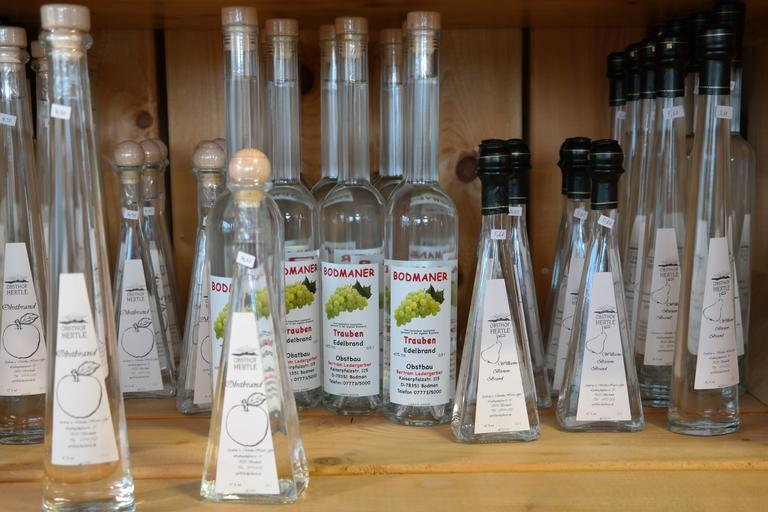 láhve s destiláty různých ovocných chutí