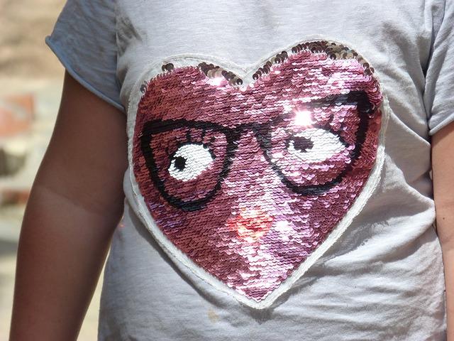 tričko s flitry ve tvaru srdce