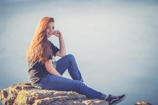 sedící usmívající se dívka