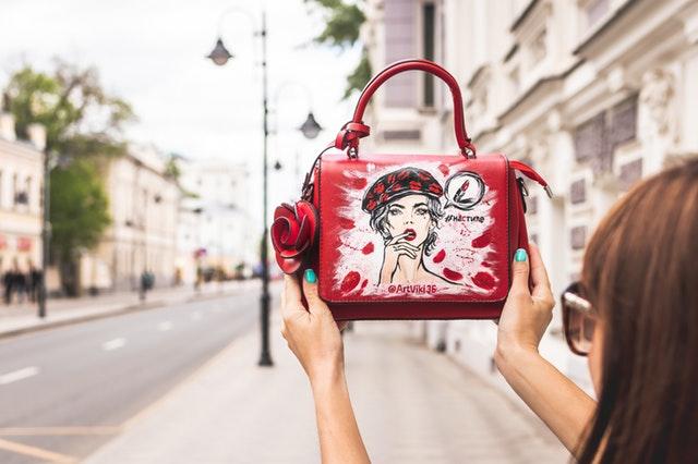 červená kabelka s ručně malovaným motivem