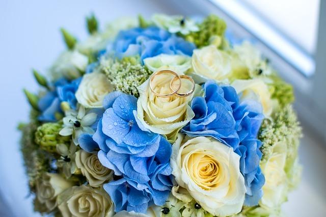 svatební kytice a prstýnky