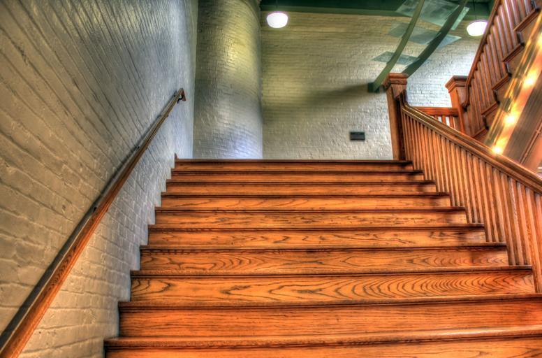 klasické široké dřevěné schodiště