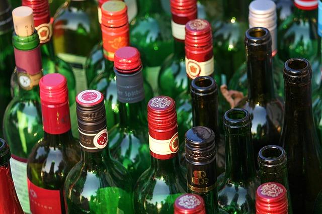 Spousta lahví vína postavených vedle sebe-pohled shora