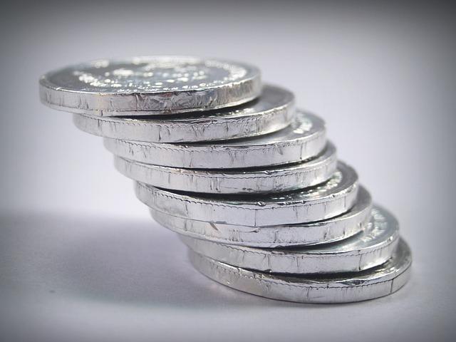 stříbrné mince v šikmém komínku