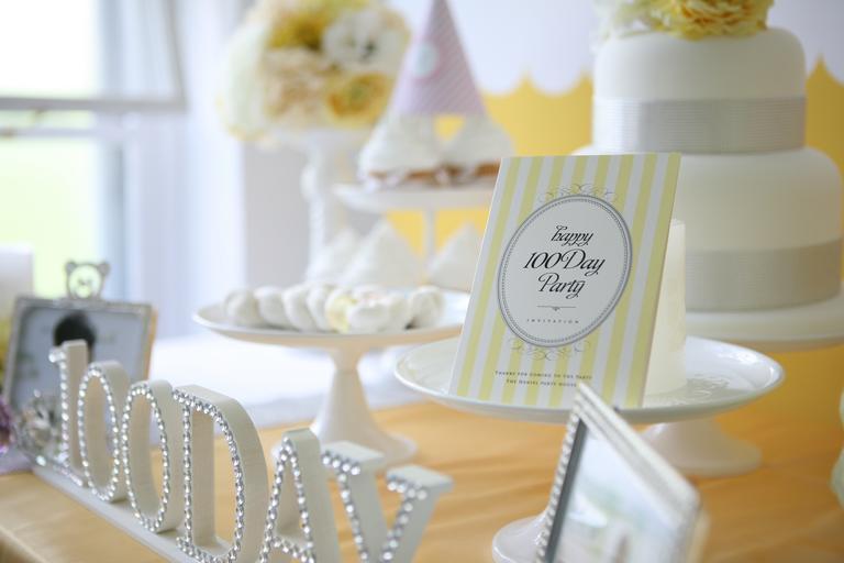 bílé doplňky na párty či svatební den, 100Day, na stole etažérky a další věci