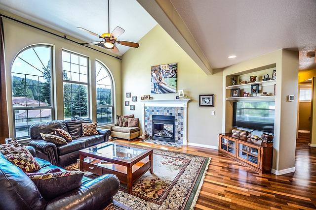 obývací pokoj s velkým oknem krb