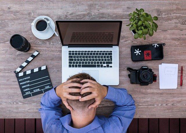 zoufalý pracovník a počítač
