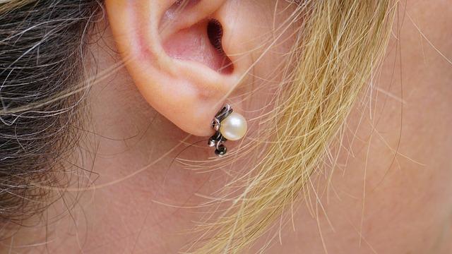 Detail ucha s perlovou náušnicí