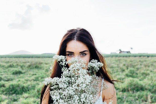 žena držící bílou kytici