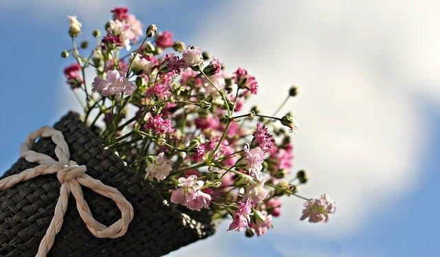 růžová kytice v košíku