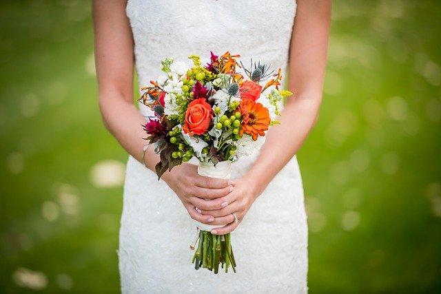 žena držící různobarevnou kytici
